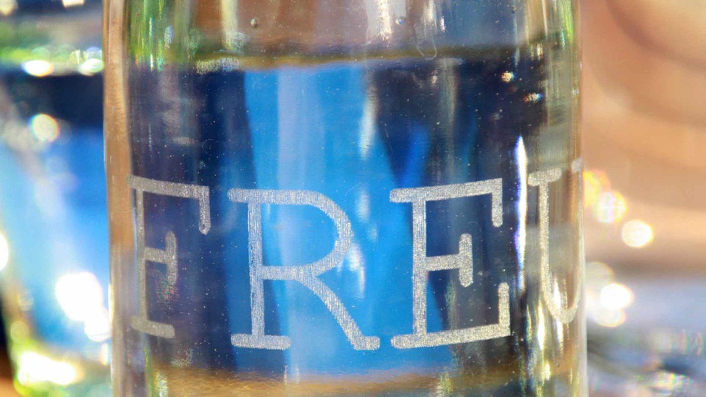 Lasergravur auf Glasflasche